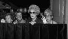 .1982. Fans en la puerta del Hotel Mª Cristina